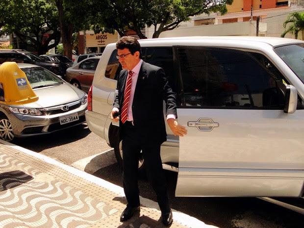 Edivan Martins, presidente da CMN, chegando para dar posse a Paulinho Freire (Foto: Ricardo Araújo/G1)