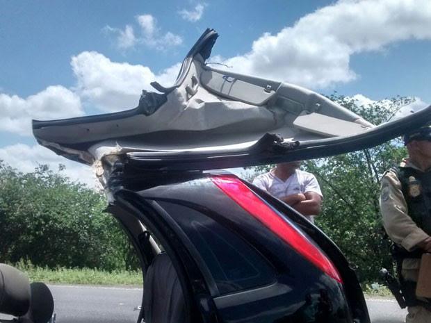 Carro perdeu o teto, por conta da batida. (Foto: Priscila Guedes/ TV Norte)