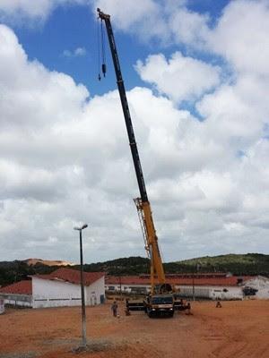 Em Alcaçuz, guindaste deu início ao trabalho de fixação das torres que sustentarão os bloqueadores de celular  (Foto: PM/Divulgação)