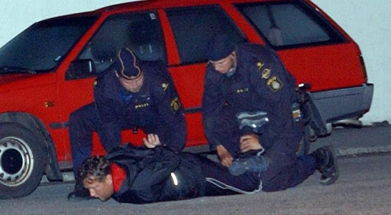 Thomas Möller ligger på jorden under en anholdelse i Malmø i 2001. (Polfoto)