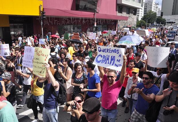 Manifestantes de São Paulo protestam contra a permanência do deputado Marco Feliciano na presidência da Comissão de Direitos Humanos da Câmara (Foto: Cris Faga/Estadão Conteúdo)