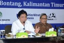 Menteri Perindustrian Airlangga Hartarto bersama Dirjen IKTA Kemenperin Achmad Sigit Dwiwahjono saat mengunjungi PT Pupuk Kaltim (Foto: Dok. Kemenperin)