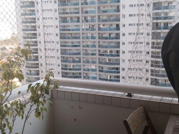 Grade de proteção do apartamento estava rasgada (Foto: Divulgação)
