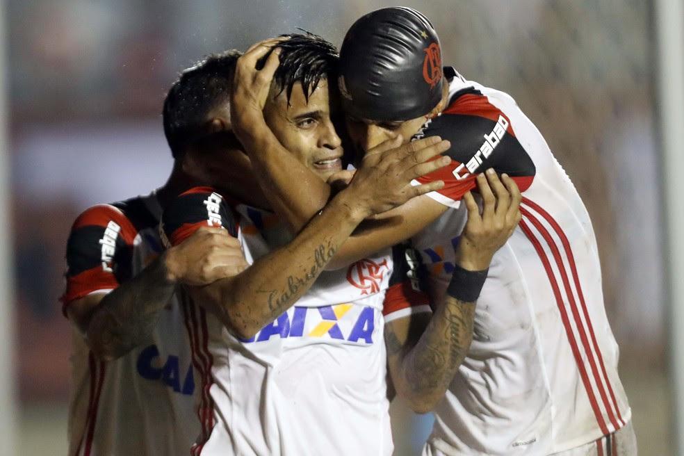 Everton comemora primeiro gol com colegas do Flamengo (Foto: FRANCISCO STUCKERT/RAW IMAGE/ESTADÃO CONTEÚDO)