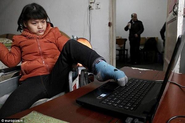 garota com paralisia escreve com pé esquerdo.