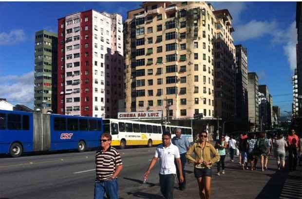 Na Conde da Boa Vista, passageiros continuaram a viagem a pé. Foto: Ciro Guimarães/ Reprodução/ Facebook