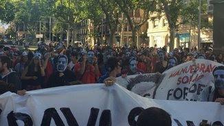 Diversos manifestants, amb màscares amb la cara de Bravo Solano (@marcjurado)