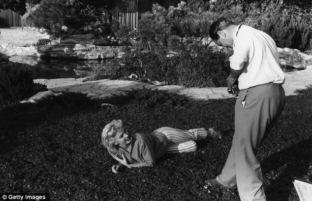 Em 1954, a ser fotografado pelo Barão em sua casa em Palm Springs