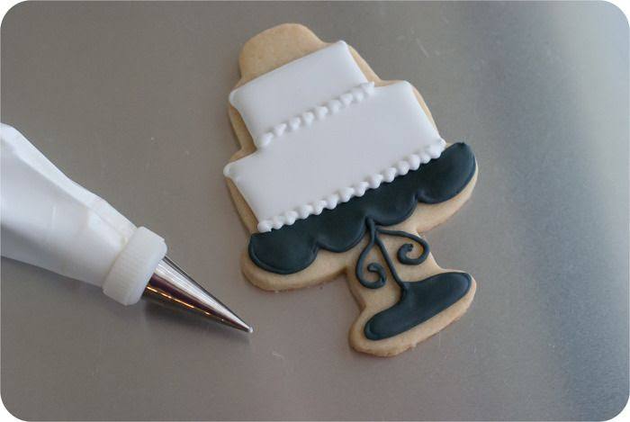 how to make decorated wedding cookies: cake, Mr & Mrs, roses. Decorating tutorial. | bakeat350.blogspot.com