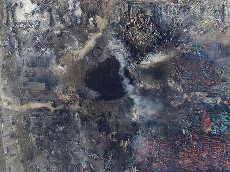Imagem aérea da explosão de rochas que abalou cidade portuária chinesa de Tianjin
