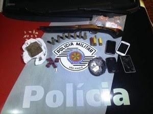 Mulher é presa por porte de arma e tráfico de drogas em Canas, SP (Foto: Divulgação/Polícia Militar)
