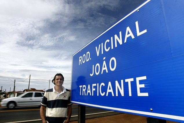 Ney Eduardo Aidar ao lado da placa da vicinal que leva o nome de seu avô, João Traficante, entre Franca e Ibiraci (MG)