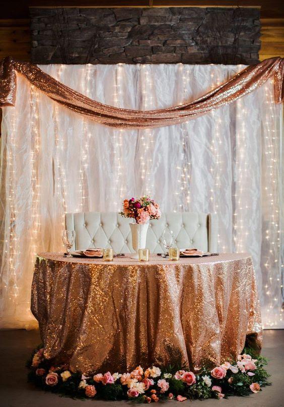 ein sweetheat Tisch gedeckt mit Kupfer Pailletten Tischdecke und ein Kupfer Pailletten-Läufer in der backdorp