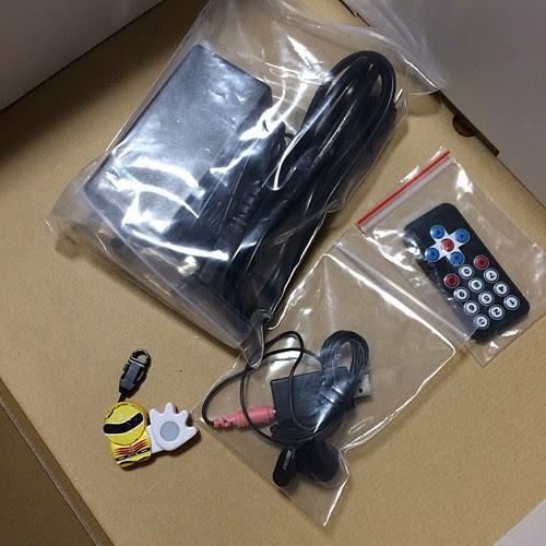 付属品はACアダプタとマイク、オマケの小型リモコン