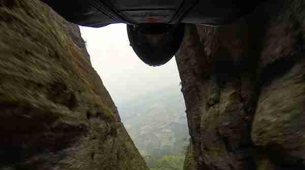 Πετώντας με 160 χλμ μέσα από στενό πέρασμα 4,5 μέτρων
