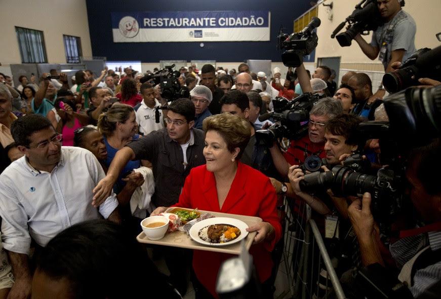 Dilma almoça em restaurante popular no, Rio de Janeiro. O convite partiu de Anthony Garotinho (PR). A petista contou com o apoio dos quatro principais candidatos ao governo no Estado