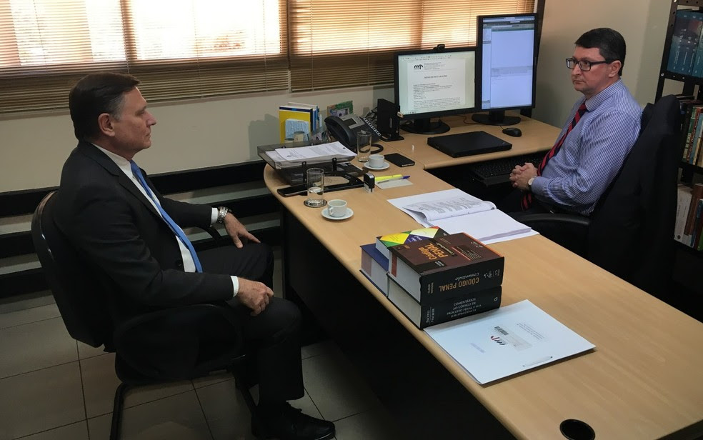 Superintendente Victor Dragalzew presta depoimento ao promotor de Justiça Fernando Krebs (Foto: Paula Resende/ G1)