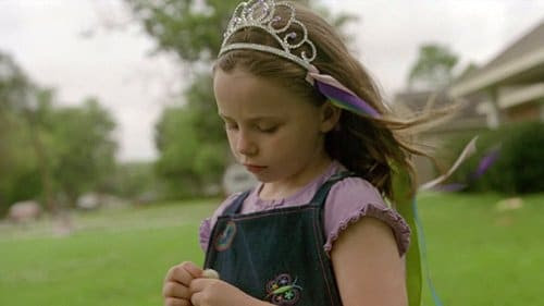 Em outra cena, as meninas de Marty são vistos usando uma coroa com fitas - que é uma reminiscência da coroa chifre satânica com fitas colocadas sobre as vítimas durante os rituais.