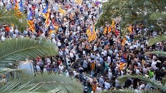 Vista aèria de la concentració davant de la delegació del govern espanyol (ACN)