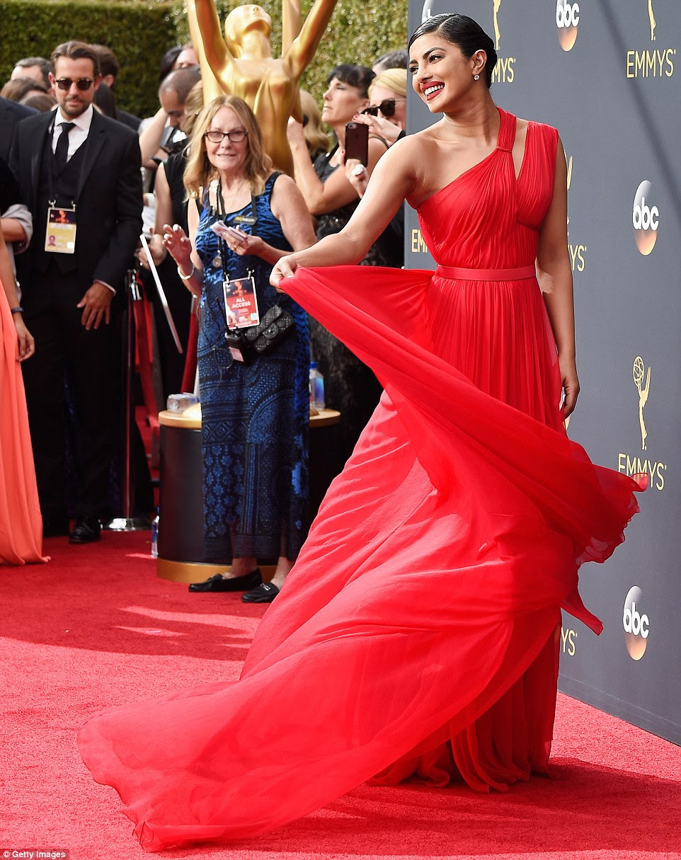 Verifique-me para fora: Priyanka Chopra girou para as câmeras em seu vestido de chiffon vermelho um ombro