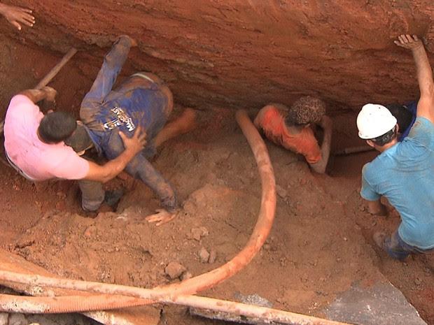 Duas pessoas foram resgatadas de obra na manhã desta quarta-feira (Foto: Imagem/TV Bahia)