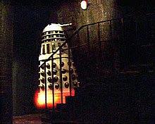 Um Dalek branco imperial começa a 'levitar'