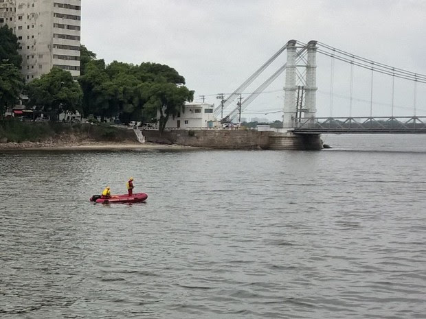 Bombeiros seguem fazendo buscas procurando o jovem (Foto: Solange Freitas / G1)