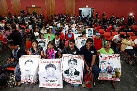 Familiares de los normalistas durante la presentación del informe de la CIDH sobre Ayotzinapa este domingo. Foto: Germán Canseco