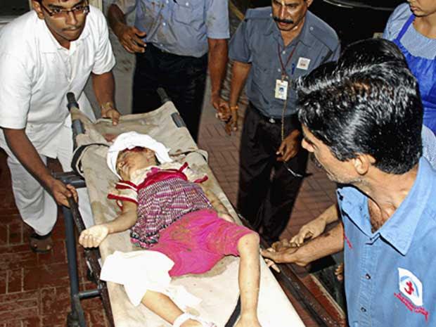 Criança é resgatada com vida dos destroços.