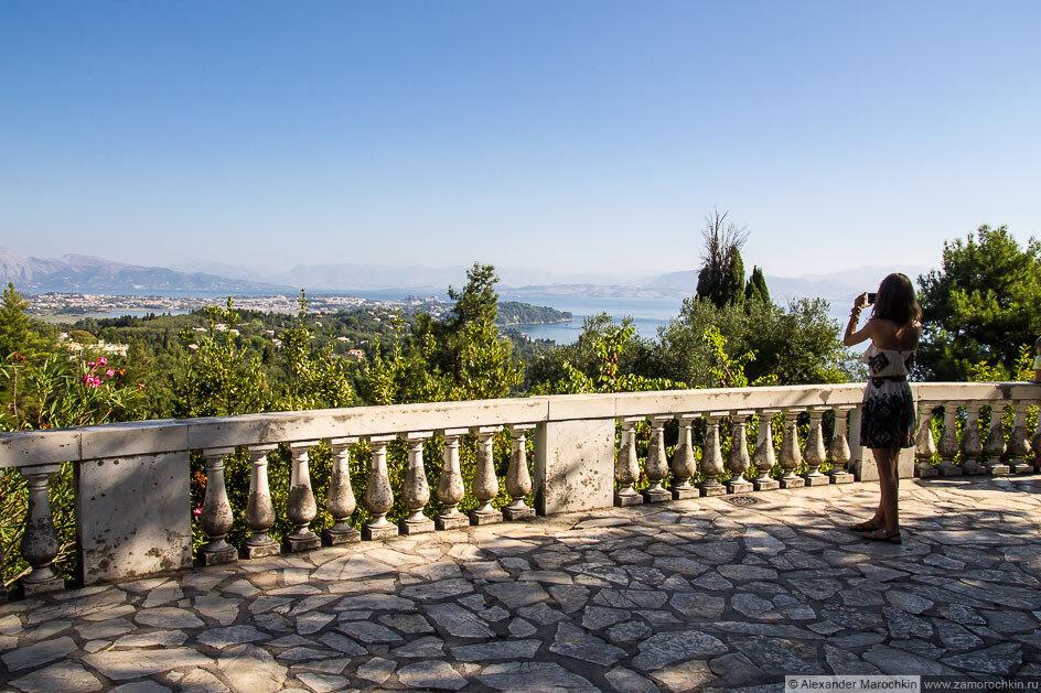 Вид на побережье острова Корфу из сада дворца Ахиллеон