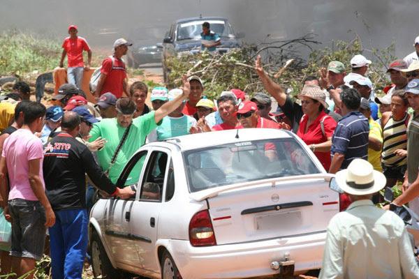 Motorista tentou furar bloqueio e teve carro danificado por manifestantes