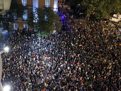 Vista de la plaza de Neptuno de Madrid donde gran número de personas permanecen congregadas, convocadas por la Coordinadora 25S dentro de la iniciativa 'Rodea el Congreso'. EFE/Angel Díaz