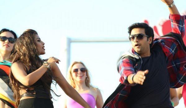 Santhanam performs stunts