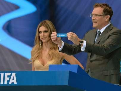 Vídeo diz que Valcke trocou papéis do sorteio atrás da bancada antes de mostrá-los ao público Foto: AFP