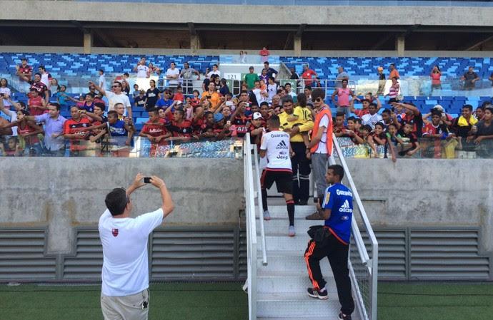 Everton com a torcida do Flamengo na Arena Pantanal (Foto: Ivan Raupp)