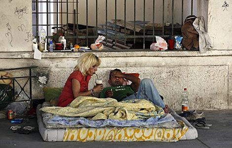 Una mujer infectada con VIH en el centro de Atenas junto a su novio. | Reuters
