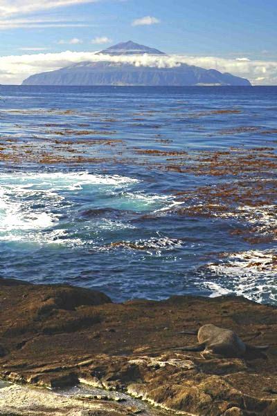 Tristão da Cunha vista da ilha Nightingale