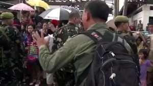 Desesperados, sobreviventes de tufão sacam lojas em busca de comida Video: