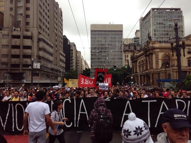 THEATRO MUNICIPAL: manifestantes começam a caminhada. (Foto: Victor Moriyama/G1)