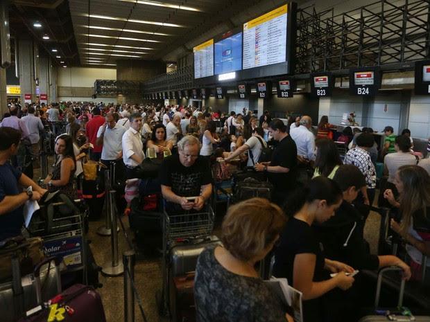 Movimentação intensa de passageiros no aeroporto de Cumbica em Guarulhos (SP), durante a manhã. (Foto: Marcos Bezerra/Futura Press/Estadão Conteúdo)