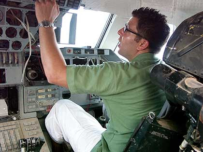 Produtor de TV Maier extasiado no Cockpit do Buran