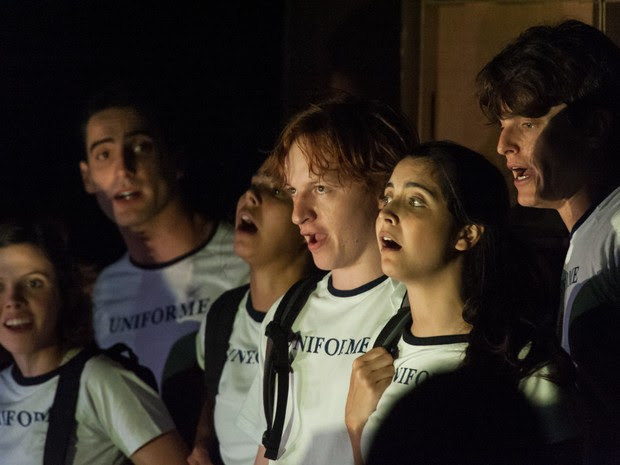 """Os jovens atores da Cia. Arthur-Arnaldo encenam """"Coro dos Maus Alunos"""", sob direção de Tuna Serzedello. (Foto: Divulgação)"""
