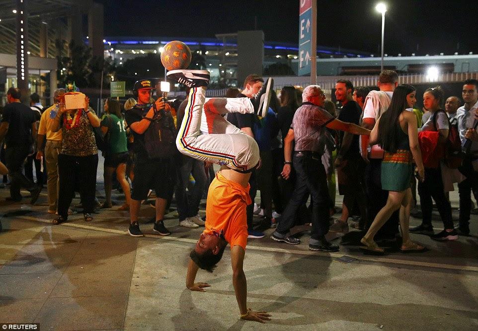 A truques realizados colombianos com uma bola fora Maracanã antes da cerimônia de abertura