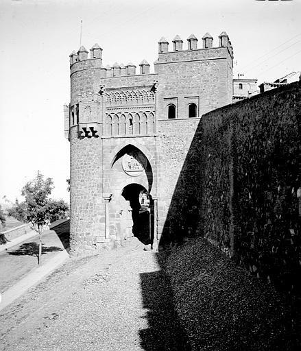 Puerta del Sol entre el 24 y el 26 de septiembre de 1899. Fotografía de Petit. Société Française d'Archéologie et Ministère de la Culture (France), Médiathèque de l'architecture et du patrimoine (archives photographiques) diffusion RMN