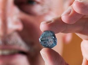 O CEO Johan Dippenaar segura o diamante azul descoberto em janeiro de 2014 (Foto: Petra Diamonds)