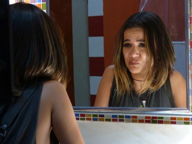 Tadinha da Vicki! A garota fica na sofrência depois de levar fora da Galera da Ribalta (Foto: Gshow)
