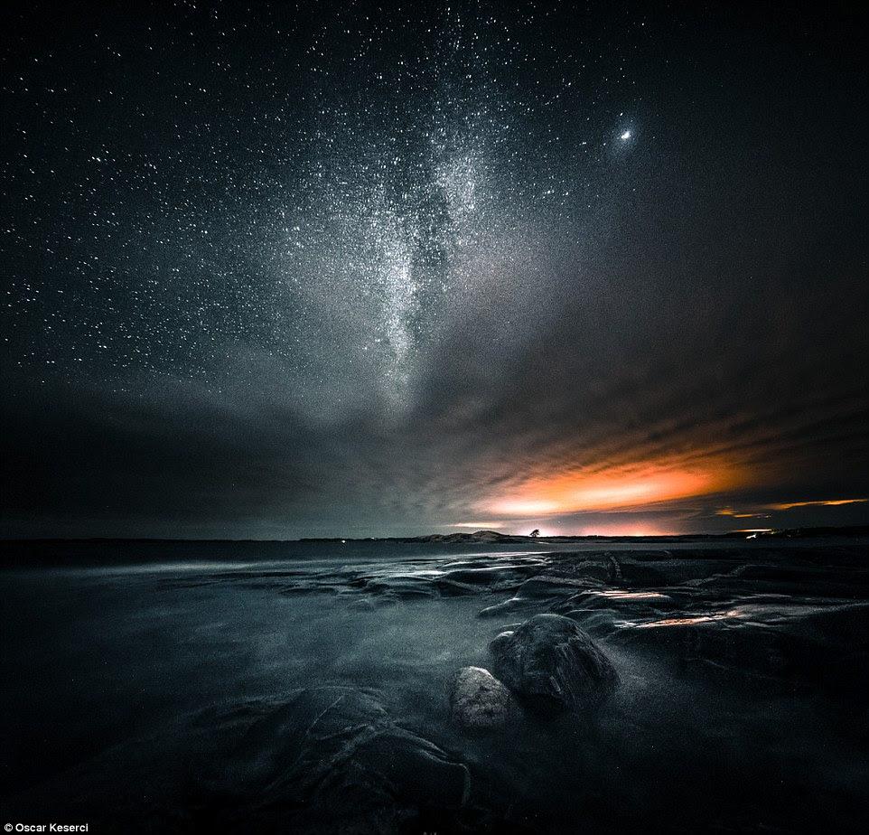 Um fotógrafo autodidata da Finlândia capturou a fascinante beleza da Via Láctea sobre a ilha de Rodes, na Grécia, e em casa na Finlândia.  Acima é um tiro de um panorama dramático da noite em Inkoo, Finlandia