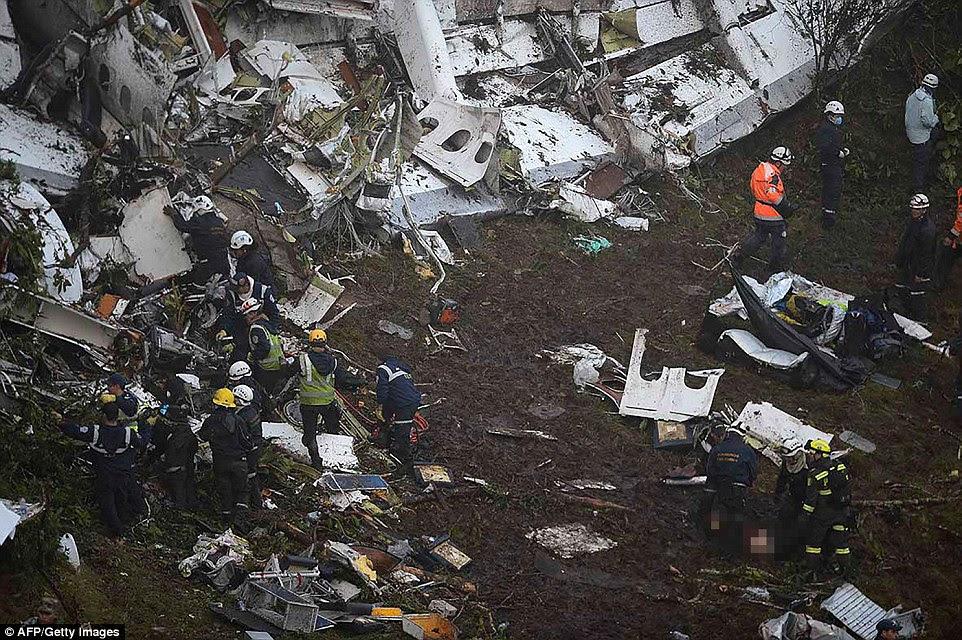 Há relatos de que a equipe teve que mudar seu vôo e embarcar no avião condenado depois que as autoridades brasileiras de aviação civil impediu de tomar um avião fretado