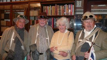 Jan Morris, con viejos miembros de la expedición al Everest.