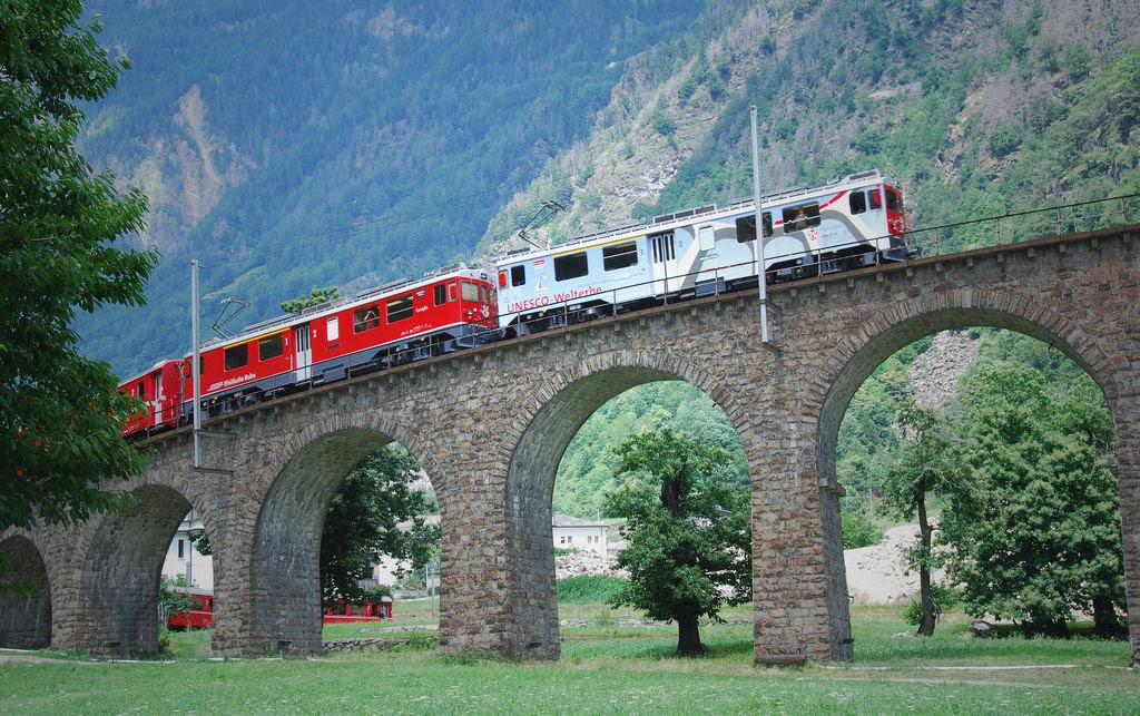 Viaduto ferroviário em espiral Brusio na Suíça 08